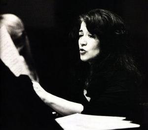Martha Argerich lockar fram diskantens skönhet och klarhet ur flygeln.