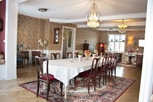 Nedervåningen domineras av den enorma matsalen.