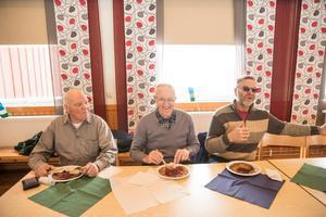 Lennart Nilsson, Bengt Nilsson och Lennart Brykt njöt av kolbullar när Jämtlands nationaldag firades i Rissna.