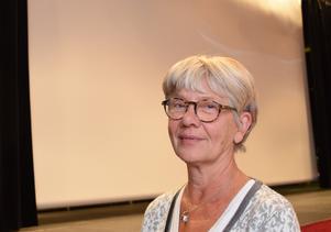 Gunilla Lindqvist framför den vita duk som hennes man Torbjörn älskade och ägnade en stor del av sitt liv åt att fylla med film.