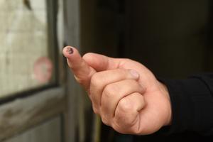 Pär drar ett finger över fönsterrutan och visar en svart fingertopp.