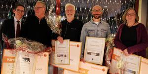 Från vänster: Johan Loock (näringslivsutskottets ordförande), Ove Kjellberg (Årets Björn), Peter Frändén (kulturstipendiat), Vincent Greins pappa som tar emot idrottsstipendiet åt sin son och Elisabet Faxälv (miljöstipendiat).