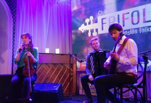 Polskor med sug, jazzig schottis och vemodig vals. Hanna Blomberg, fiol, Petter Ferneman, dragspel och Kristian Wolski, cittern kan konsten att både variera och svänga till sin musik..