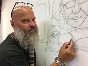 Laggar Jan målar inför publik. Gå in på kulturhuset, vila i en av fåtöljerna och följ hans arbete.