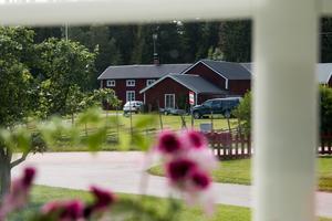 Rolfsta-busshållplats ligger bara några meter utanför Ingrid Nilssons ytterdörr.