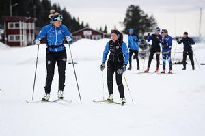 Lite snack med skidkompisar och sen iväg på ännu ett varv på 1,2 kilometers slingan.
