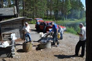 Sven-Anders Nilsson förbereder maten under överinseende av hungriga deltagare