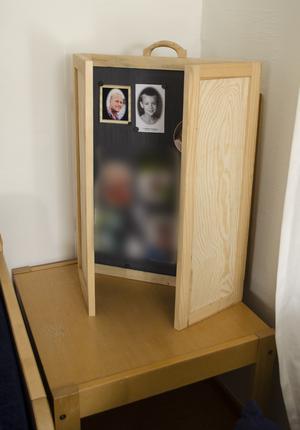 Minnesskåpet där föräldrar sätter upp bilder på sina bortgångna barn. Kerstin Högbergs son Jörgen och Birgitta Nordströms son Jonathan syns överst.