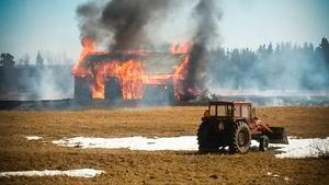 Det är vanligt att gräsbränder också leder till att byggnader brinner ner.Bild: Privat/Arkivbild