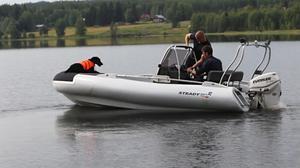 Sazka fick upp spår under tisdagen som skall undersökas av dykare från kustbevakningen senare i veckan. Hon är en av de fyra kriminalsökhundar som finns i norra Sverige.
