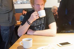Philip Samuelsson avnjuter en svensk kaffe på Siljans konditori.