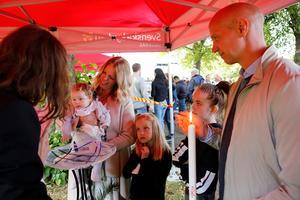 Här döps Elin tillsammans med familjen, Marie, Li, Ella och Jonas Skarin. Foto: Lennye Osbeck