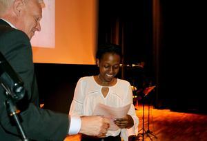 Laetitia Rugumaho tilldelades Arvid Callans språkstipendium för sitt språkintresse och deltagande i Språkolympiaden i Stockholm tidigare i år.