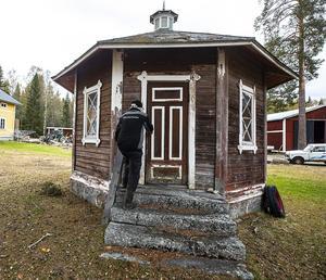 De åttkantiga utedasset är ett byggnadsverk i sig själv med egen kamin och sittplatser för sex vuxna och ett barn. Uppdelat på tre rum.