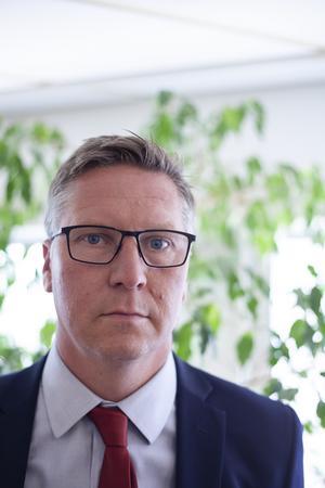 Johan Lavås är försvarare åt den nu häktade mannen. Han är förvånad över att hans klient nu häktats.