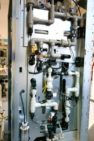 Renvattenmaskinen är kompakt och är inte större än en garderob. Den är 2 meter hög och har en golvyta 0, 6 kvadratmeter. Med tanke på allt stål väger den cirka 350 kilo.