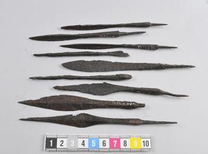 Bland annat pilspetsar hittades i en grav vid gården Hov i Åby, Saladamm. Foto: Historiska museet