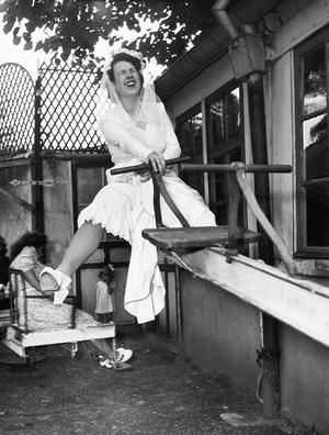 Foto: Robert Doisneau Robert Doisneau lyckades ofta ta humoristiska bilder. Här en gungande brud från 1946,