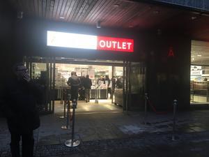 Trots den tidiga morgontimman var det många som passade på att fynda när Åhléns outlet slog upp dörrarna.