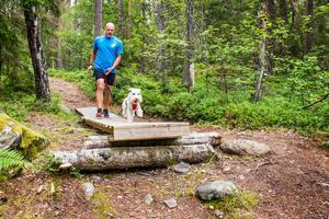 Anders Nilsson springer i skogen tillsammans med hunden. Dante är den enda av hans fyra hundar som delar hans intresse för löpning. Att hoppa, klättra och leka tillsammans gör både Dante och Anders glada.