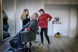 Rakning pågår. Ing-Britt Kindberg (t h) kollar in Evan Yassens handlag med skäggtrimmern när Leif Knifströms haka ansas.