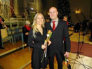 Caroline och Robert Sedin håller om varandra och blomsterkvastarna efter konserten. Foto: Kjell Larsson.