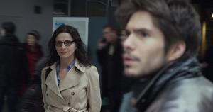 Juliette Binoche spelar en kvinna som skapar ett yngre alias i sociala medier i