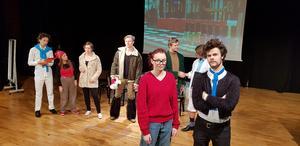 """Lisa Westring och Jonathan Julander spelar pjäsen """"Best in show"""" tillsammans med sju andra elever. Premiär är på onsdag 5 december."""