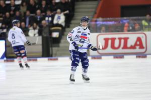 Tommi Määttä köttade på i mötet med Vänersborg och fick vila 12 minuter i utvisningsbåset.