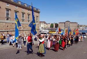 Lördag 19 maj. Uppför Slottsbacken i Stockholm. Med ett 20-tal sockenfanor och 26 nedbussade spelmän i täten.Foto: Jan-Olof Montelius