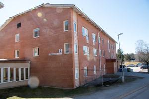 Strömmen i Kolsva är i dag ett demensboende med plats för tolv personer. Enligt en pågående utredning ska de boende flyttas till Ekliden.