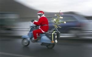 Jultomten hämtar granen – med ett annorlunda färdmedel.