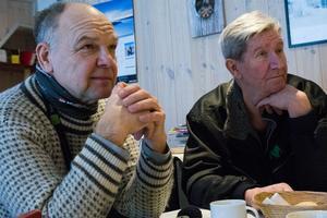 Bert Fridolfsson (till vänster) spelar själv i Strömsunds spelmanslag. Den här morgonen är han, tillsammans med bland andra Torbjörn Olsson, publik när musiklärarna håller förmiddagskonsert i Sikåsbua.