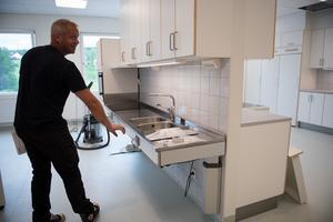 En av köksbänkarna i den nya hemkunskaps-salen är höj- och sänkbar för att öka tillgängligheten.