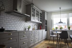 Köket är nyrenoverat med en öppen planlösning i förslutning till hallen.