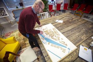 Lars Bergmark visar modellen över Godisfabriken som finns i utställningslokalen på den gamla Läkeroltomten.