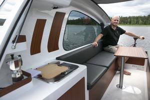Patrik Hürlimann berättar att farkosten passar utmärkt att fiska eller bada ifrån.