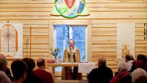 Biskop Eva Nordung Byström förebereder den första nattvarden i Högvålens kapell.
