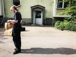 Under fredagen genomsökte polisens tekniker först området utanför huset.