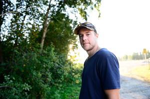 Daniel Persson jobbade tidigare med restaureringar längs Ljungan men lämnade efter en schism. I januari stängdes han av från all fiske.