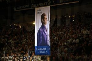 Rune Mases hissades upp i taket inför nedsläpp i jubileumsmatchen.