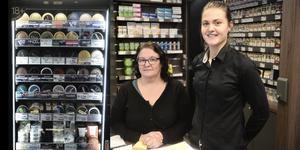 Anna-Sara Stenvall och Lina Lind har ett stort sortiment i tobaksbutiken Dosan i Funäsdalen.