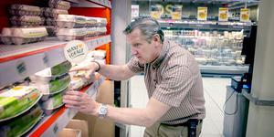"""Markus Lönnroth, handlaren i Moraberg, ordnar bland de lokalproducerade äggen."""" Jag hoppas att det finns lokala leverantörer där ute som nu vill kontakta oss"""", säger han."""