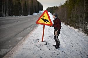 Renägarna uppmanar folk att köra försiktigt när man ser dessa skyltar och andra varningstecken.