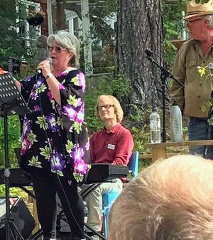 Ewa Österberg vår hemvändargäst på scen tillsammans med cabarégänget.