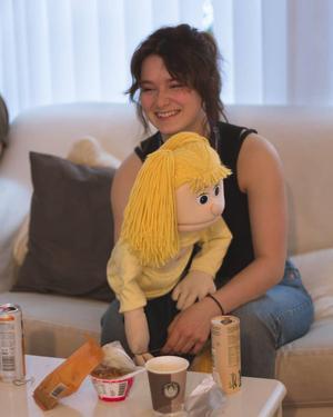 Stephanie och dockan Cecilia i väntan på genrep på plats i Stockholm.