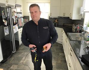 Utrustad med värmemätare och lasermätare inleder Anders Åström granskningen av en enplansvilla i Klockestrand.