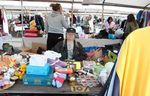Anne Starkenberg säljer saker som hon inte behöver själv. Verktyg och kristallglas brukar gå bäst, berättar hon.