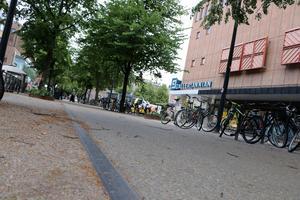 Metallkanten kan bli hal, men viktigare är att markera att cykelbanan är just en cykelbana, anser skribenten.