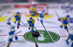 Tre kronor i gult och blått. Här mot Finland. Bordshockeyspel säljs i dag med olika laguppställningar i färgkombinationerna. En del hängivna spelare målar sina spelare själva i favoritlagens dräkter. Arkivfoto: TT